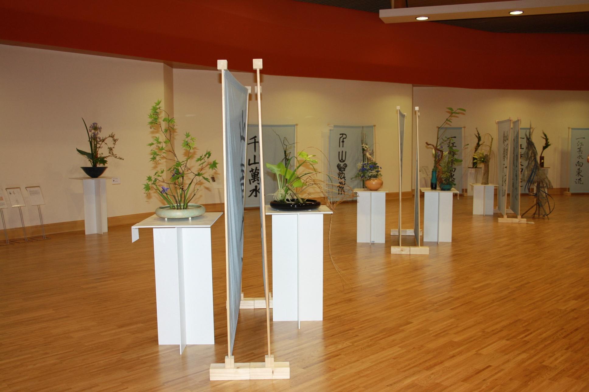 Ikebana International zu Kalligraphie von Yu Feng